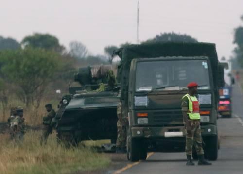 Carriarmati per le strade di Harare 6