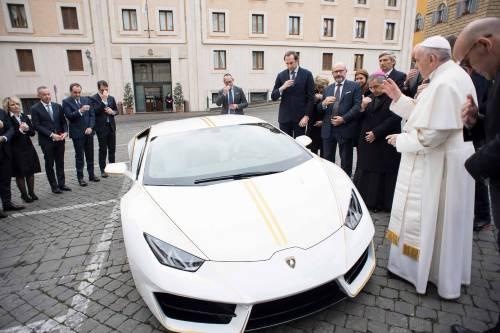 La Lamborghini ha regalato una supercar al Papa 2