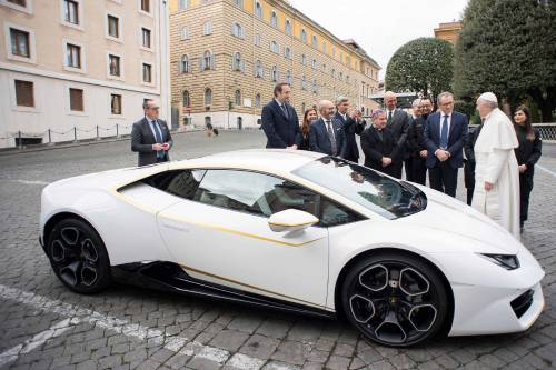 La Lamborghini ha regalato una supercar al Papa 3