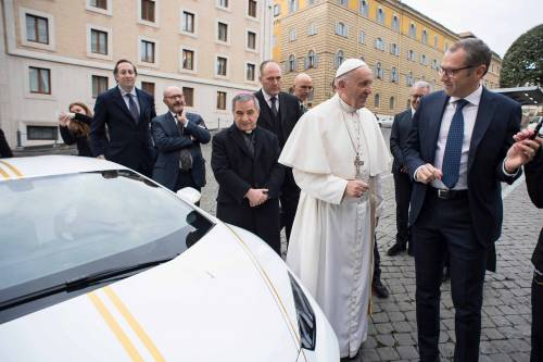 La Lamborghini ha regalato una supercar al Papa 4