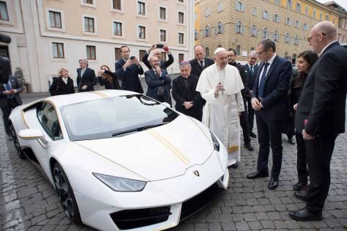La Lamborghini ha regalato una supercar al Papa 1