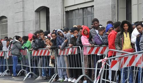Roma, migranti si barricano in un centro di accoglienza. Proteste anche nelle Marche