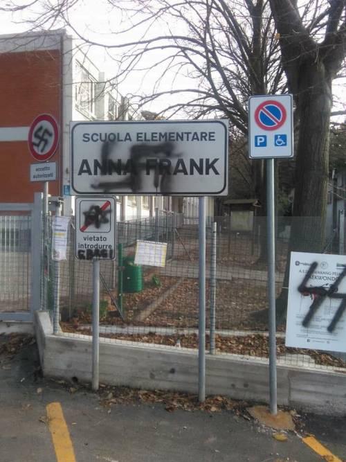 Pesaro graffiti con le svastiche sulla scuola intitolata ad Anna Frank