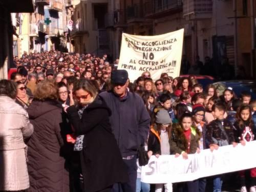 Agrigento, il paese in piazza contro i centri d'accoglienza