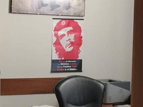 """Bandiera """"nazista"""", bufera su poster del Che nell'ufficio del consigliere Pd"""