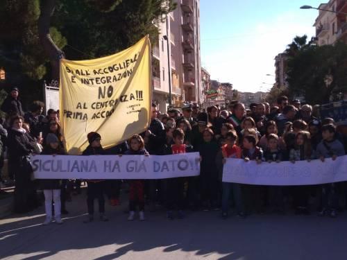 Agrigento, il paese in piazza contro il centro d'accoglienza 6