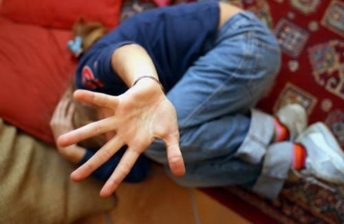 Abusi sulla figliastra, condannato a dodici anni