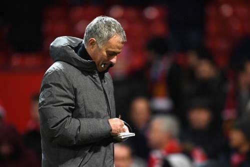 Manchester, rissa nel post-derby. Mourinho colpito da bottiglietta