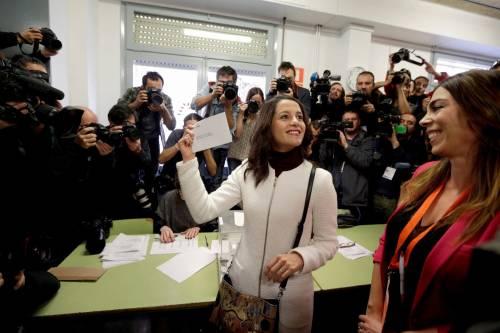 """In Catalogna tutti contro Rajoy. Unionisti: """"Qui non c'è Spagna"""""""