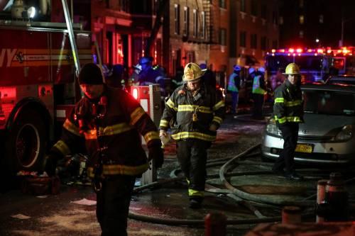 New York, brucia un intero palazzo nel Bronx 8