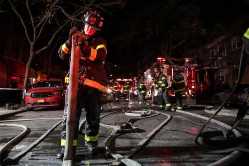 New York, brucia un intero palazzo nel Bronx 14
