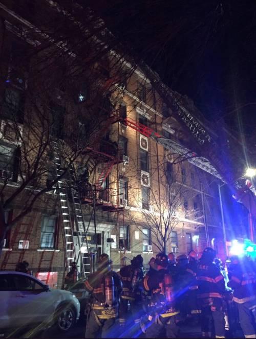 New York, brucia un intero palazzo nel Bronx 15