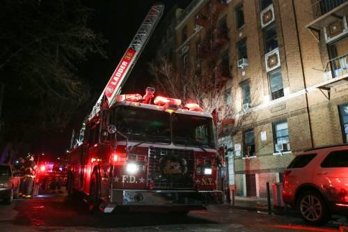 New York, brucia un intero palazzo nel Bronx 16