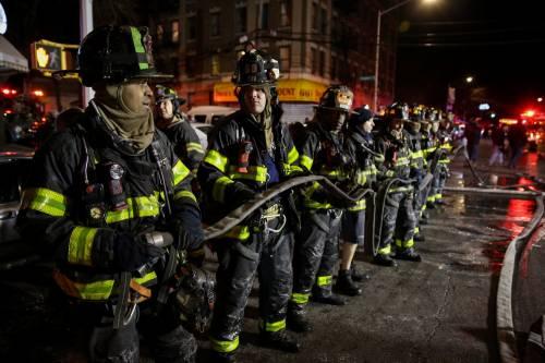 New York, brucia un intero palazzo nel Bronx 17