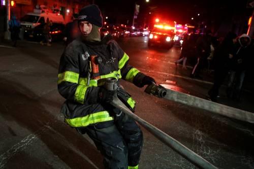 New York, brucia un intero palazzo nel Bronx 20