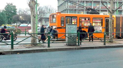 A Milano i passeggeri fanno ripartire a spinta il filobus fermo