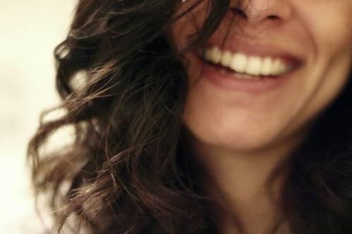 Sorriso: più attraenti e affascinanti con un semplice gesto