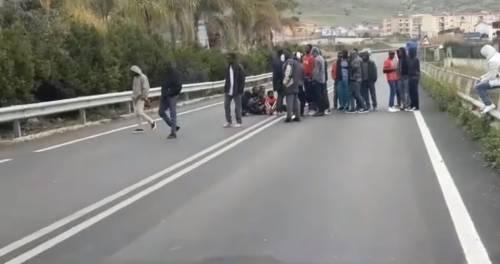 Agrigento, migranti occupano la statale 2