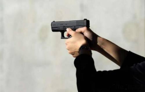 Napoli, automobilista spara ai vigili ma la pistola si inceppa