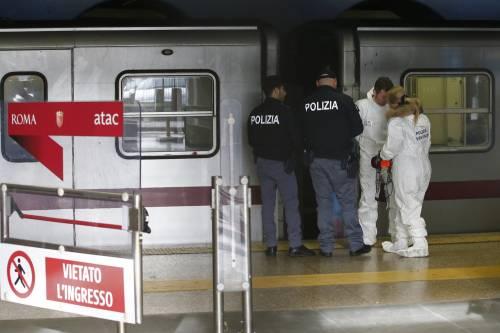 Roma, paura in metro: a Barberini la scala mobile si accartoccia