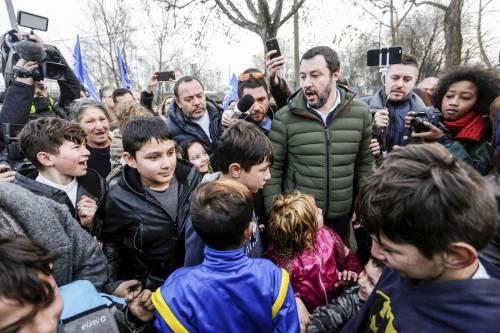 """Bimbi rom circondano Salvini: """"Matteo non avere paura"""". E lui: """"Non potete vivere così"""""""