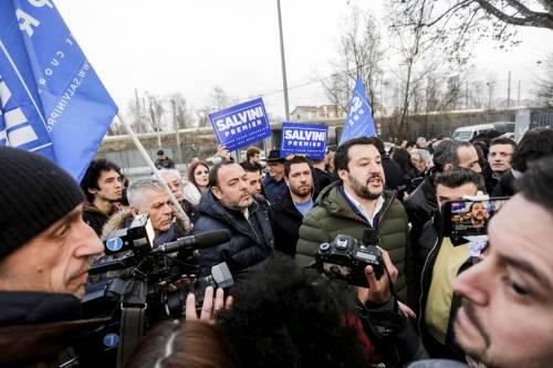 Torino, Salvini circondato dai bambini rom 2