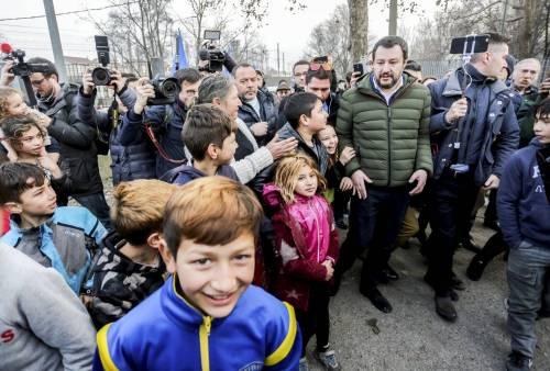 Torino, Salvini circondato dai bambini rom 3