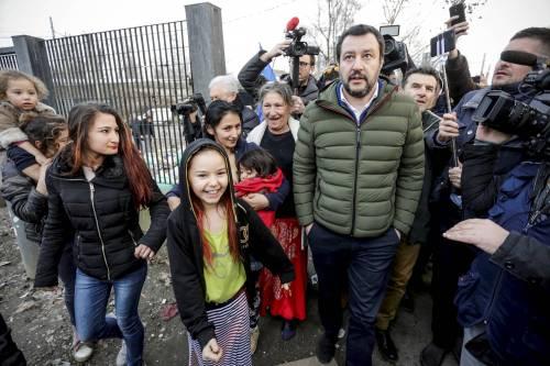 Torino, Salvini circondato dai bambini rom 4