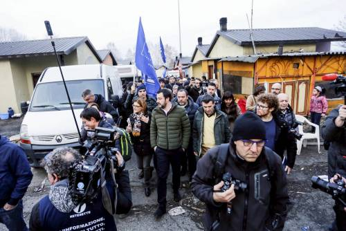 Torino, Salvini circondato dai bambini rom 5