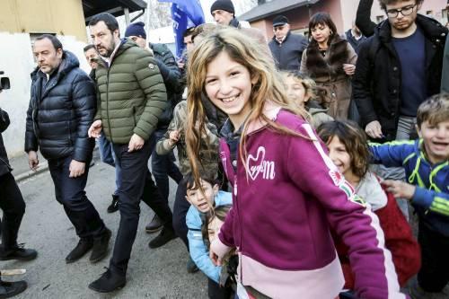 Torino, Salvini circondato dai bambini rom 6