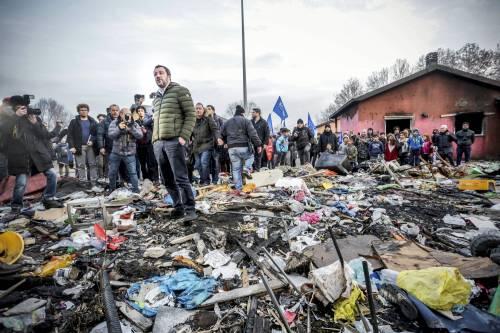 Torino, Salvini circondato dai bambini rom 8