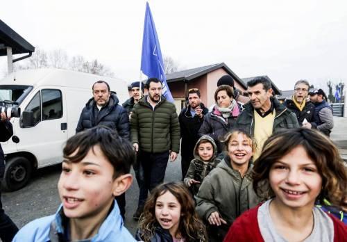 Torino, Salvini circondato dai bambini rom 9