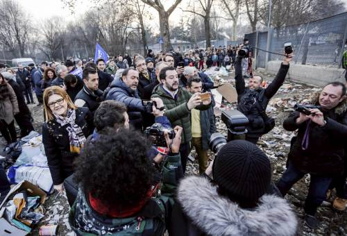 Torino, Salvini circondato dai bambini rom 11