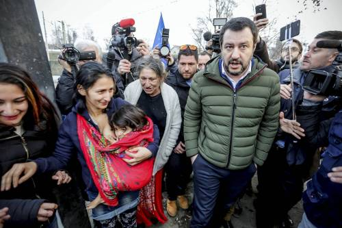 Torino, Salvini circondato dai bambini rom 13