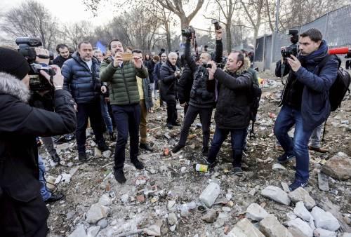 Torino, Salvini circondato dai bambini rom 17