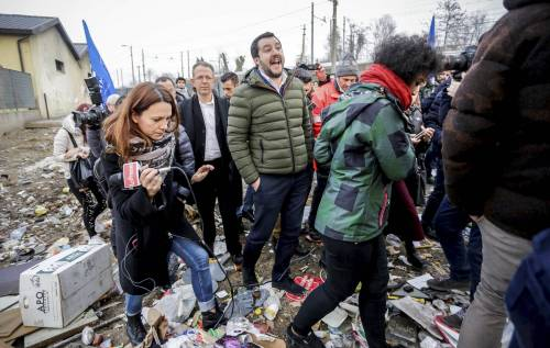 Torino, Salvini circondato dai bambini rom 18