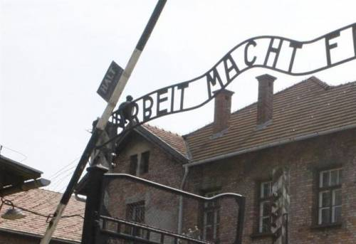 La Polonia fa marcia indietro sulla legge sull'Olocausto: via le pene carcerarie