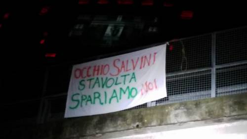 """Striscione di minacce a Salvini: """"Occhio, stavolta spariamo noi"""""""