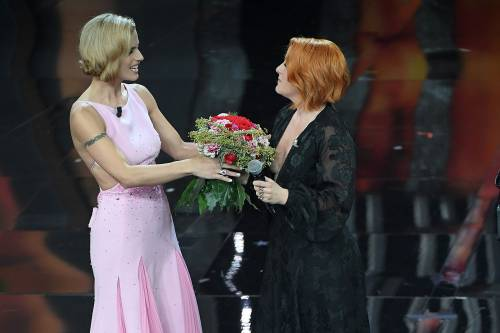 Sanremo 2018, Noemi in abito nero e profonda scollatura 2