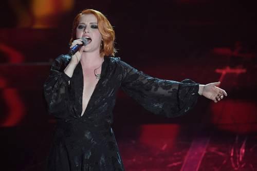 Sanremo 2018, Noemi in abito nero e profonda scollatura 3