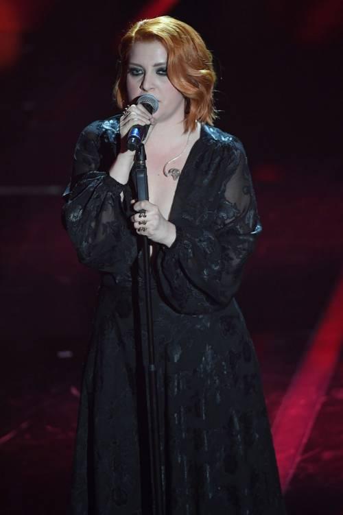 Sanremo 2018, Noemi in abito nero e profonda scollatura 4