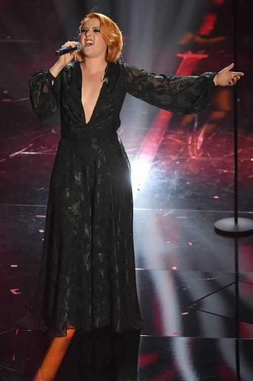 Sanremo 2018, Noemi in abito nero e profonda scollatura 5