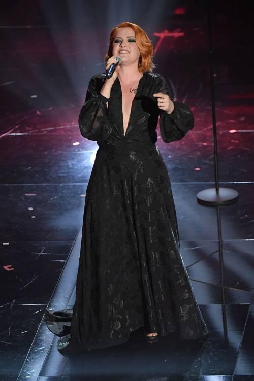 Sanremo 2018, Noemi in abito nero e profonda scollatura 6