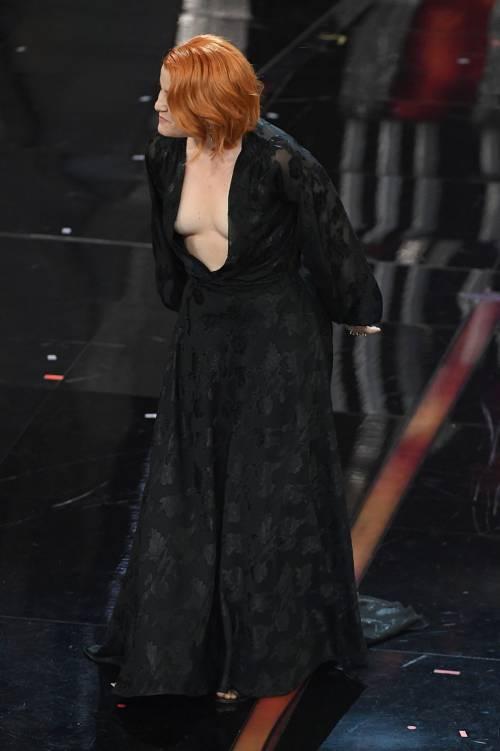 Sanremo 2018, Noemi in abito nero e profonda scollatura 7