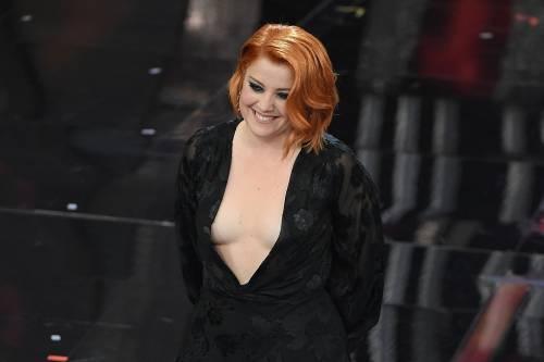 Sanremo 2018, Noemi in abito nero e profonda scollatura 8