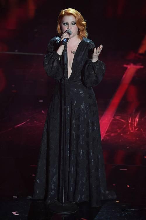 Sanremo 2018, Noemi in abito nero e profonda scollatura 10