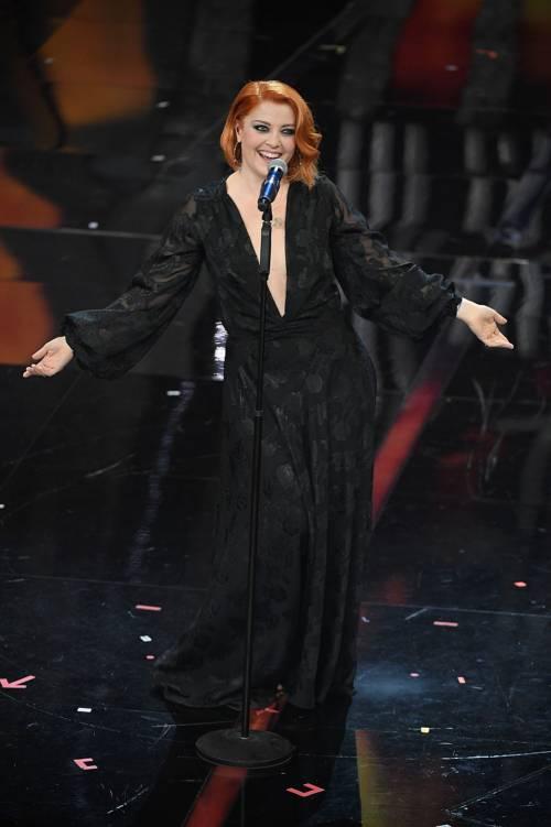 Sanremo 2018, Noemi in abito nero e profonda scollatura 11