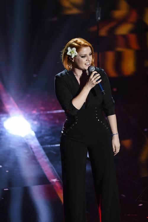 Sanremo 2018, Noemi in abito nero e profonda scollatura 12