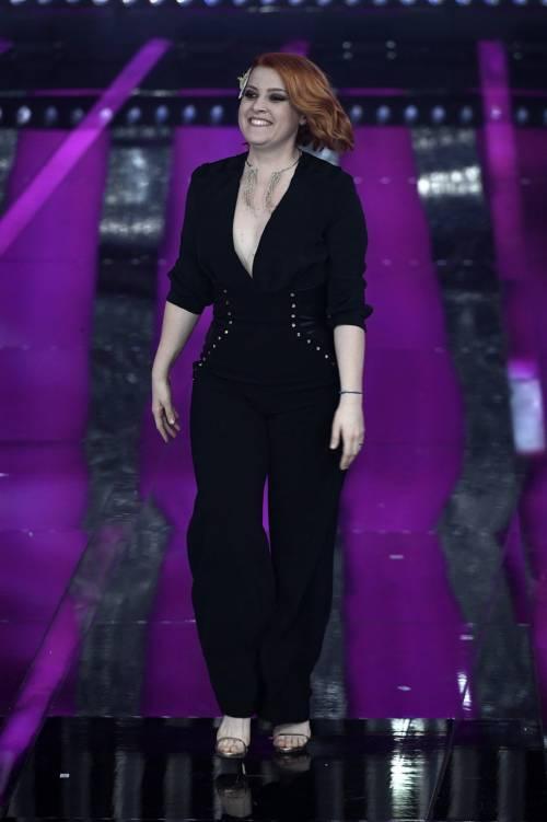 Sanremo 2018, Noemi in abito nero e profonda scollatura 14