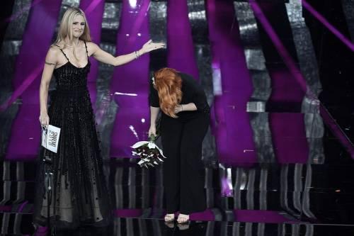 Sanremo 2018, Noemi in abito nero e profonda scollatura 15